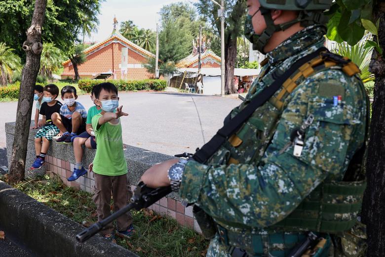 حرکت خطرناک دانش آموزان در مقابل یک نظامی+عکس