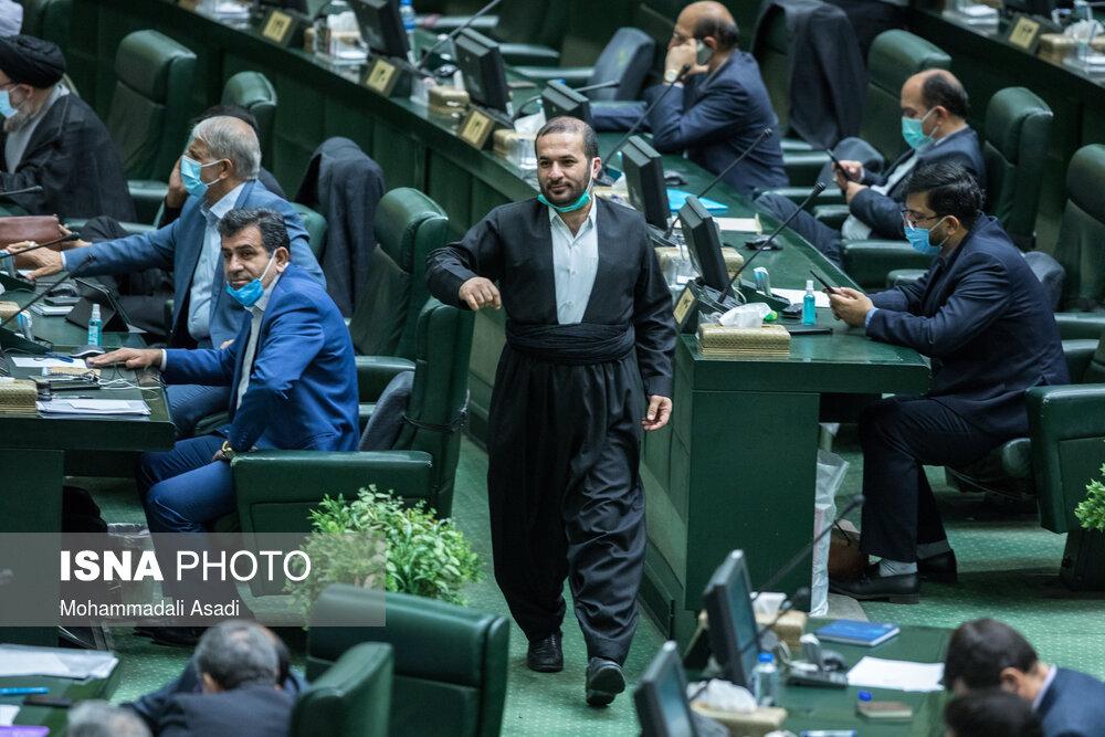 آقای نماینده با لباس محلی در صحن علنی مجلس+عکس