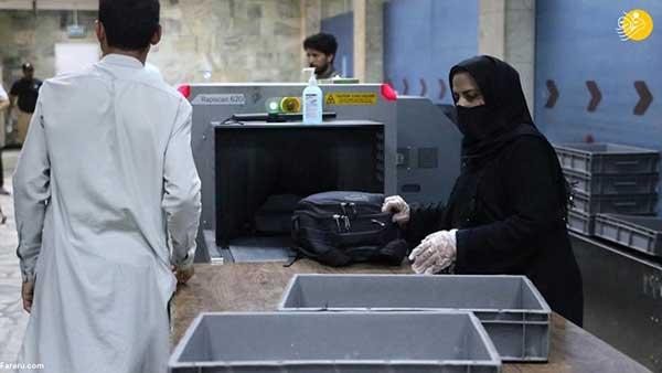 وضعیت تلخ کارکنان زن فرودگاه کابل هنگام کار+عکس