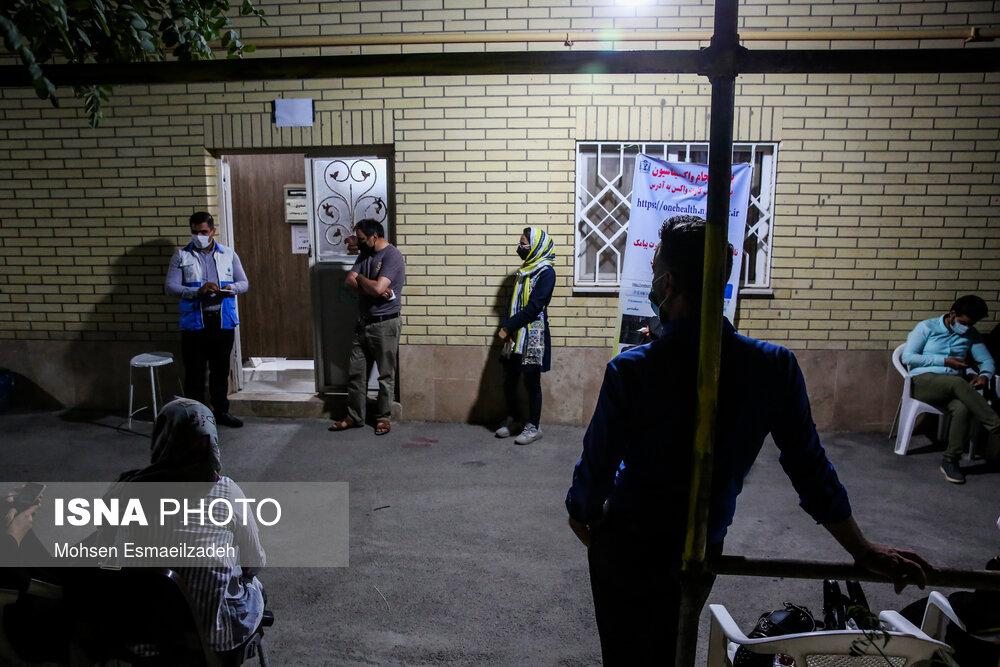 تصویر دیدنی از واکسیناسیون شبانه در مشهد+عکس
