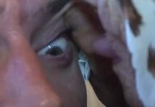 پیرزنی که با کار چندش آور بیمار را خوب می کند+عکس