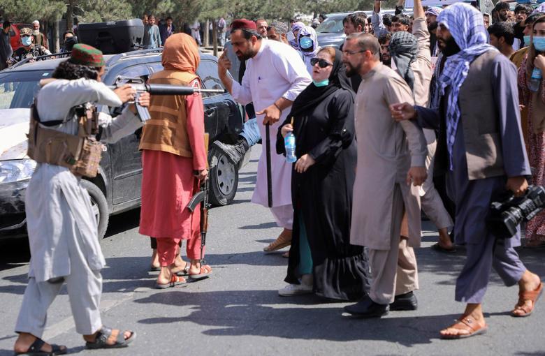 هدف گرفتن یک زن توسط نیروهای طالبان+عکس