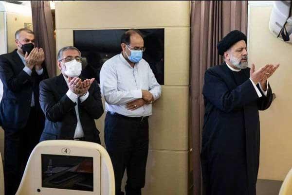 اقامه نماز در هواپیما به امامت رئیس جمهور+عکس