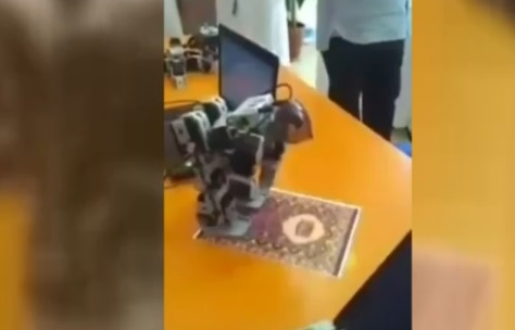 ربات چینی که برای مردگان نماز میخواند+عکس
