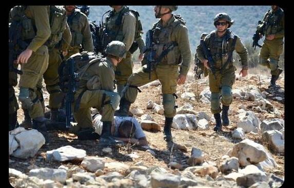 کشاورز فلسطینی زیر پوتین سربازان اسرائیلی+عکس
