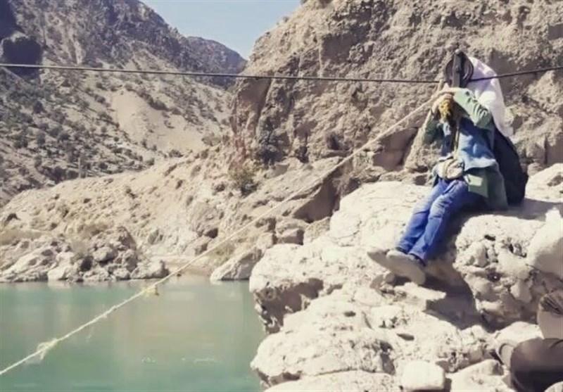 خداحافظی دانشآموزان نساکوه با «طناب مرگ» برای عبور از رودخانه + تصویر