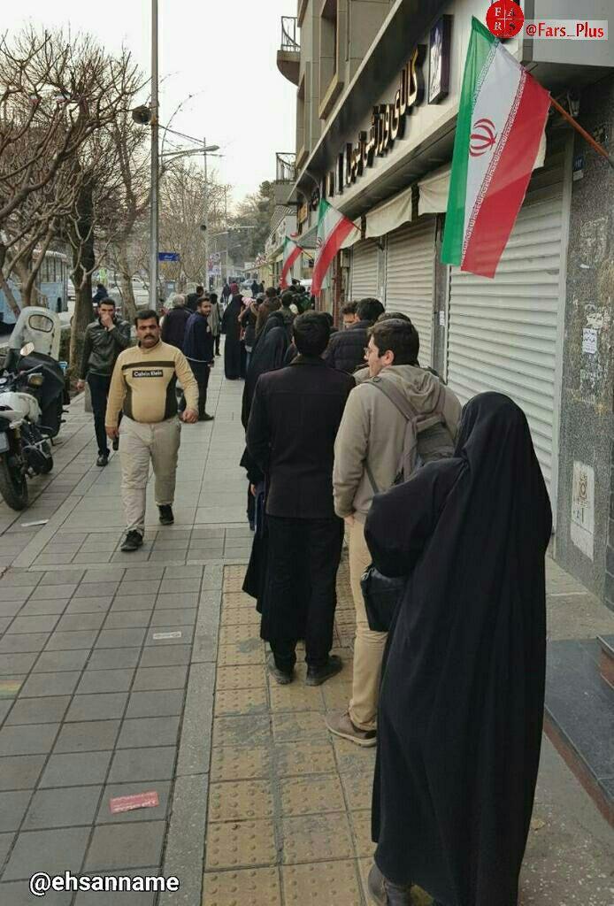 چیزی که تا به حال ندیدهاید: صف خرید یک کتاب در ایران! / عکس
