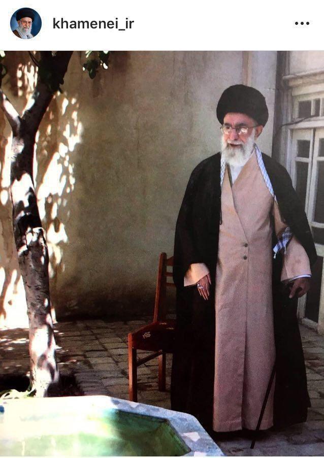 عکس: رهبر انقلاب در حیاط منزل پدری
