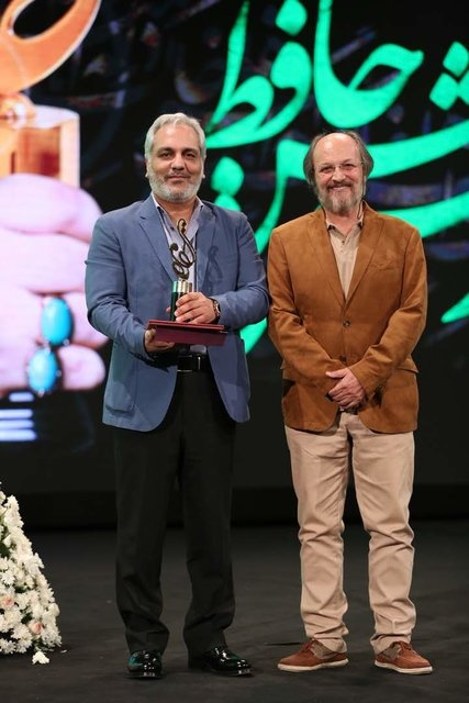 شوخی مهران مدیری هنگام گرفتن جایزه بهترین چهره تلویزیونی سال+ عکس