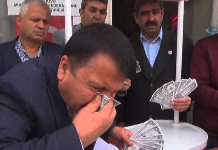 عکس: دلاری که دستمال بینی شد!