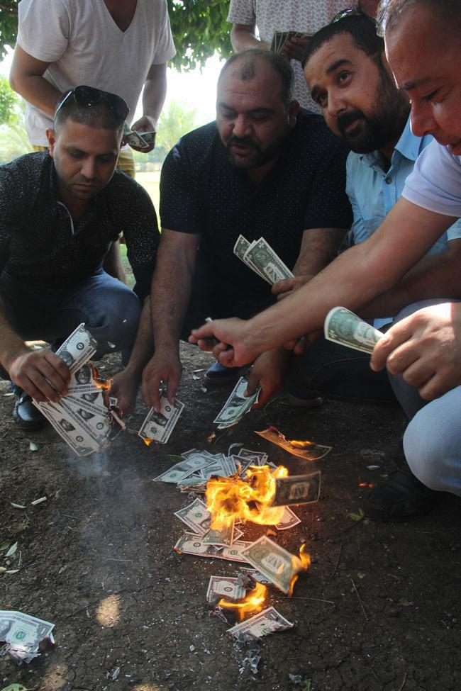 آتش زدن دلار در حمایت از دولت +عکس