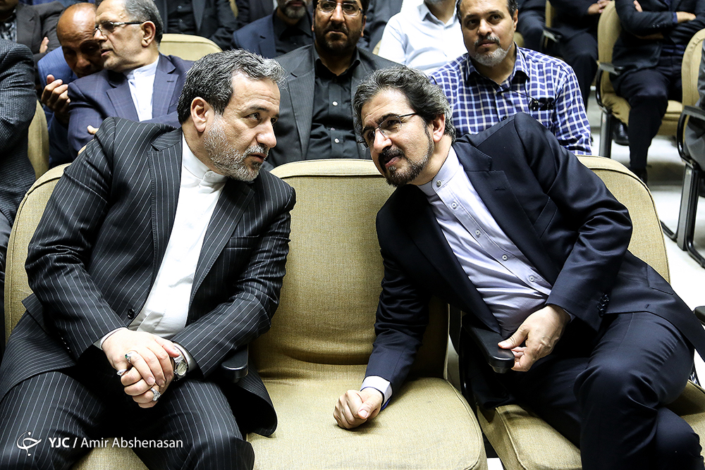 عکس: نحوه نشستن عجیب سخنگوی وزارت خارجه