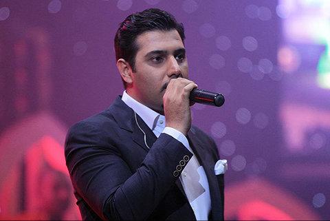 دست بوسی خواننده معروف در یک مراسم رسمی +عکس