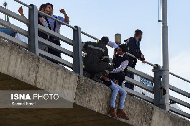 لحظه خودکشی  جوان کرجی از روی پل +عکس