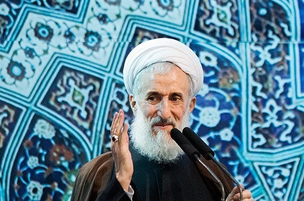 امام جمعه تهران در حال نذری پخش کردن بین مردم+عکس