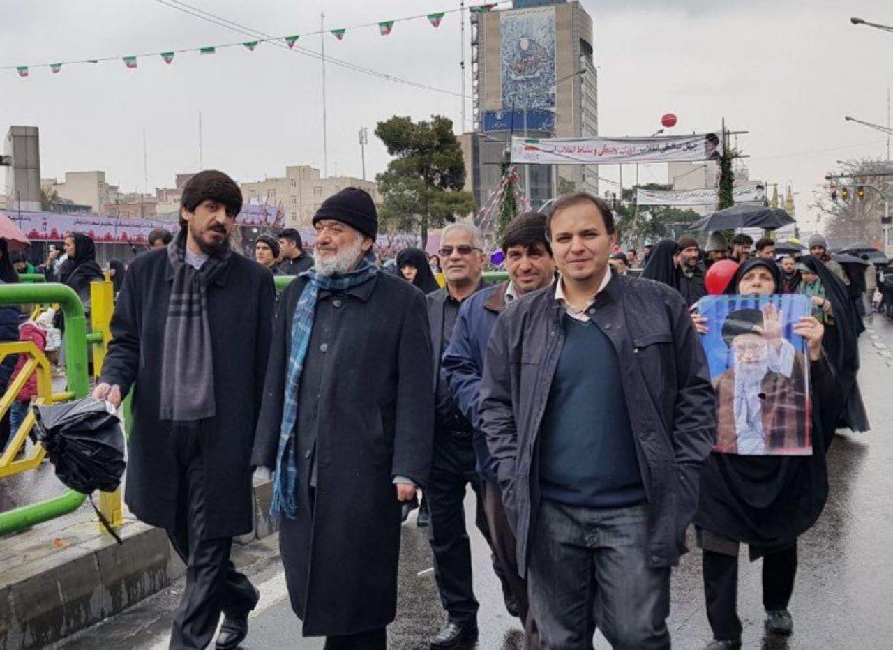 روحانی معروف بدون عبا و عمامه در مراسم 22 بهمن +عکس