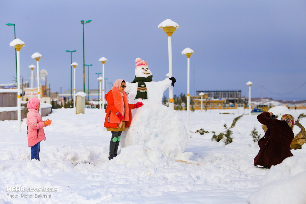 بارش برف کم سابقه در قم و شادی مردم+عکس