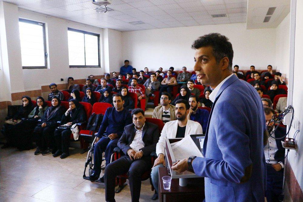 عادل فردوسیپور در جلسه دفاع دکترایش +عکس
