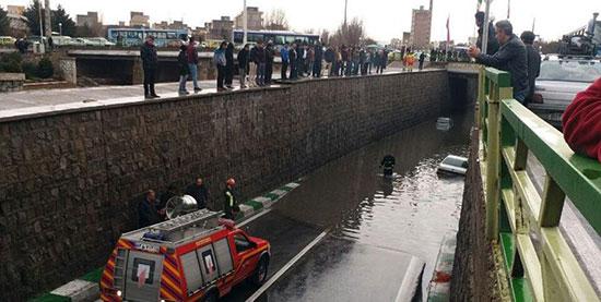 ۹ خودرو در آبگرفتگی زیرگذر در تبریز گیر کردند +عکس