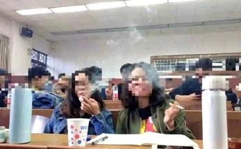 سیگار کشیدن دانشجویان با دستور استاد +عکس