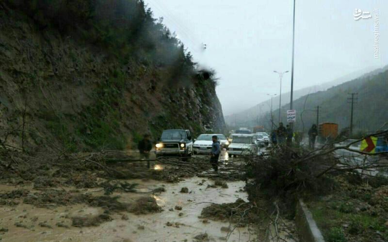 ریزش مرگبار کوه روی خودرو در سوادکوه +عکس