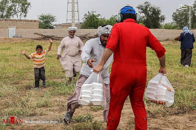خوشحالی غمانگیز کودک سیل زده + عکس