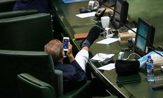 حرکت عجیب یک نماینده در صحن مجلس +عکس
