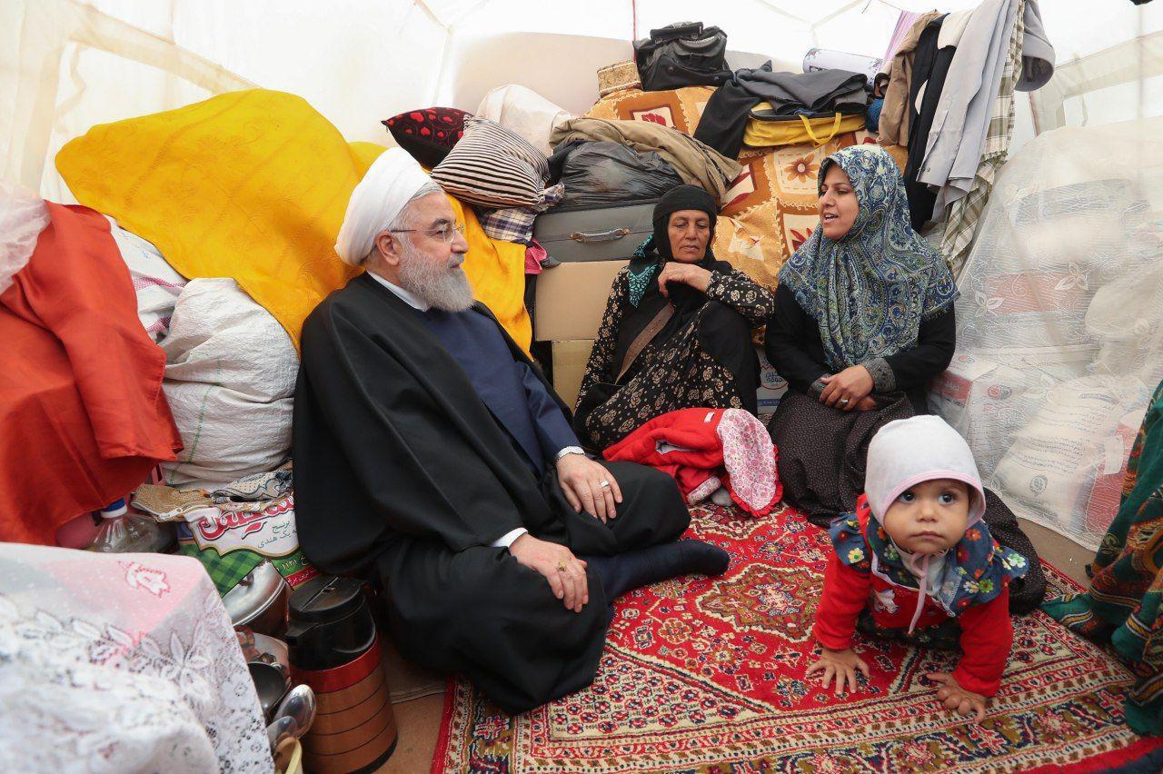 رئیس جمهور در چادر سیل زدگان لرستانی + عکس
