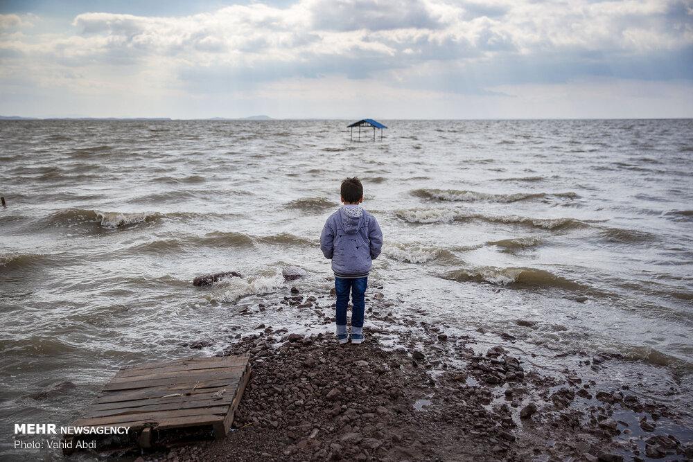 حجم آب دریاچه ارومیه زیاد شد +عکس