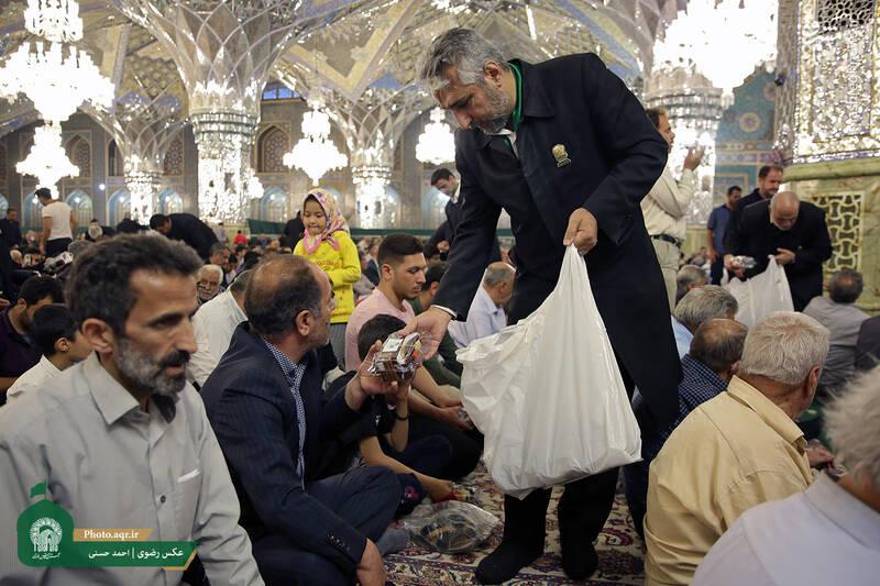 توزیع افطاری در حرم امام رئوف +عکس