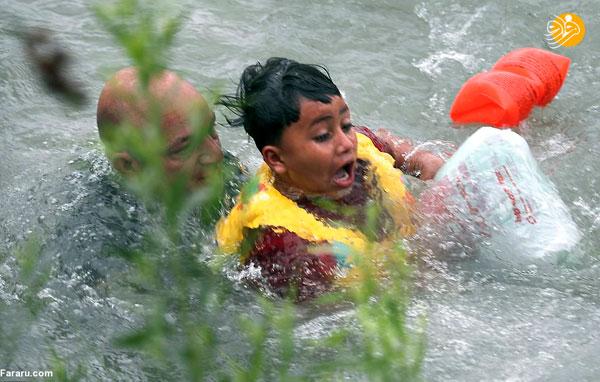 لحظه نجات کودک مهاجر از غرق شدن +عکس