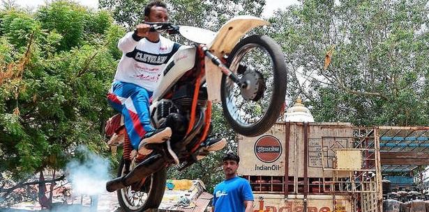 پرش مرد هندی با موتور از روی ۴ نفر +عکس