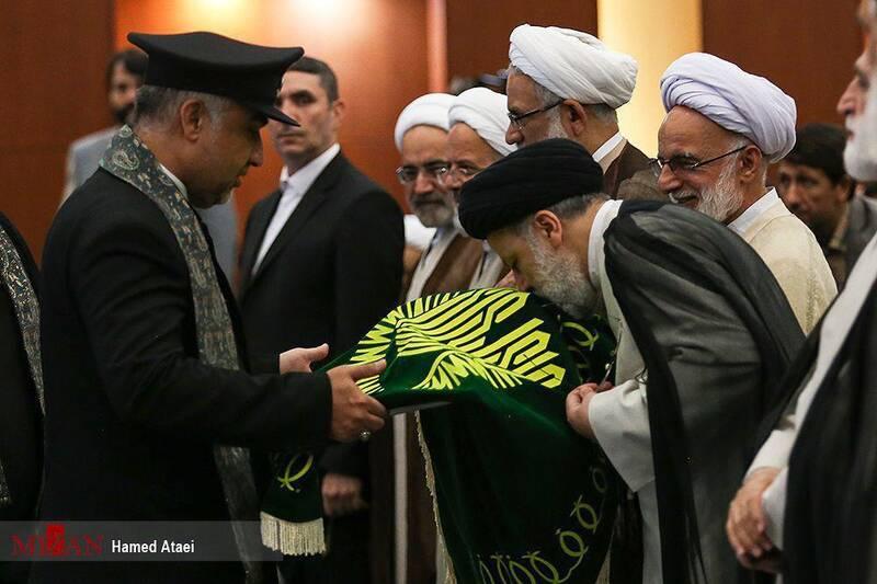 ابراز ارادت حجت الاسلام رئیسی به پرچم حرم رضوی +عکس
