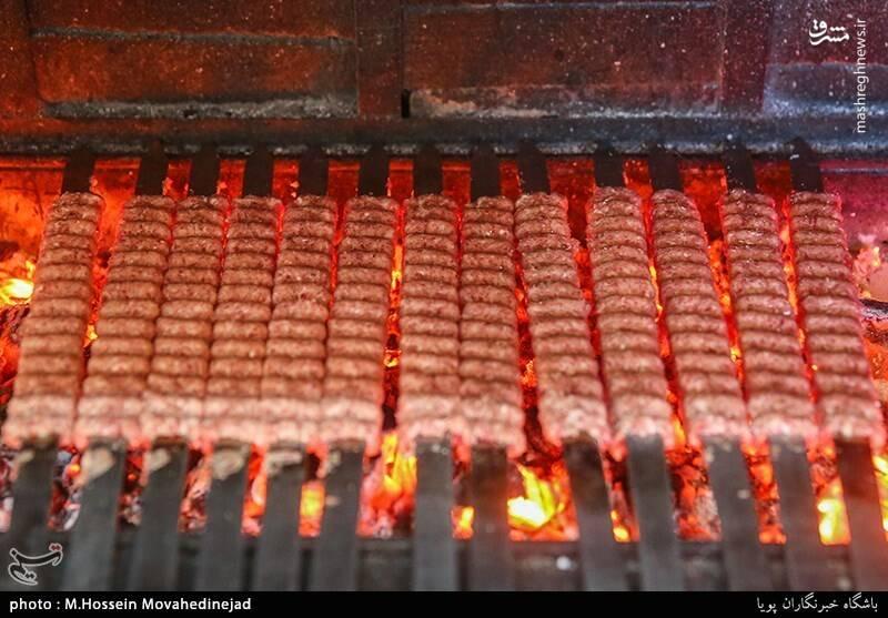 پخت ۱۶۰۰ سیخ کباب نذری در کبابی خیابان ایران +عکس