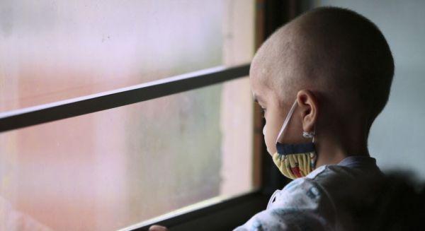 تصویری متاثرکننده از یک کودک مبتلا به سرطان +عکس