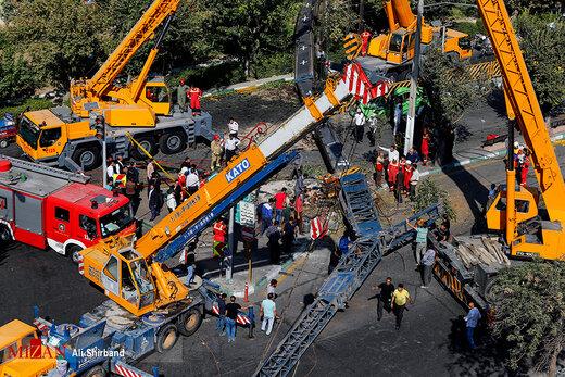 اجساد قربانیان سقوط جرثقیل ۱۶۰ تنی در تهران +عکس