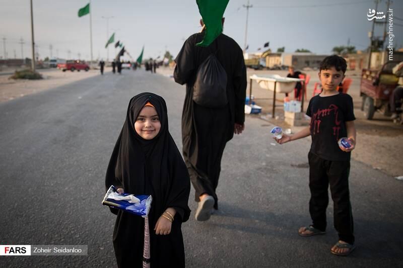 پذیرایی خادمان کوچک امام حسین(ع) از زائران +عکس