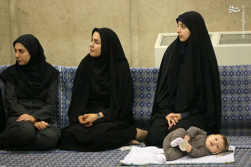 تصویری خاص از مادر نخبه و فرزندش در دیدار رهبر انقلاب +عکس