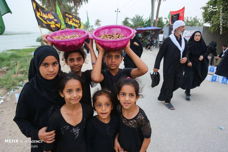 پذیرائی ویژه عراقیها از زائران در کنار فرات +عکس