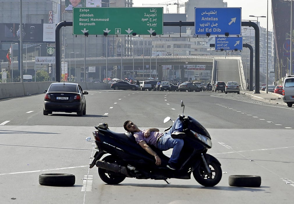 اعتراض خاص جوان لبنانی با موتورسیکلت! +عکس