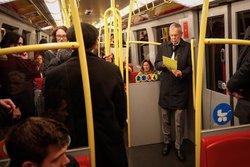 رییسجمهور اتریش در مترو در حال آماده شدن برای سخنرانی +عکس