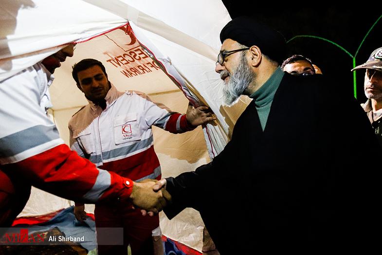 حضور شبانه امام جمعه تبریز در روستای زلزله زده +عکس