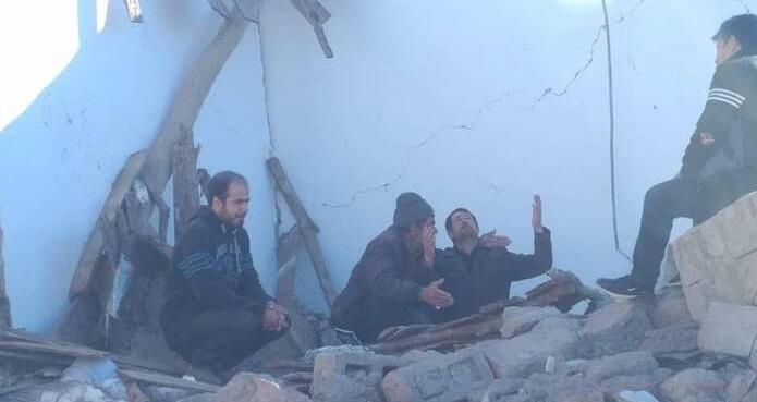 تصویری دردناک از پدر داغدار پس از زلزله +عکس