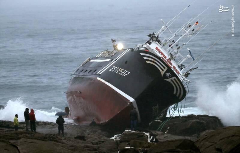 واژگونی کشتی در برخورد با صخره +عکس
