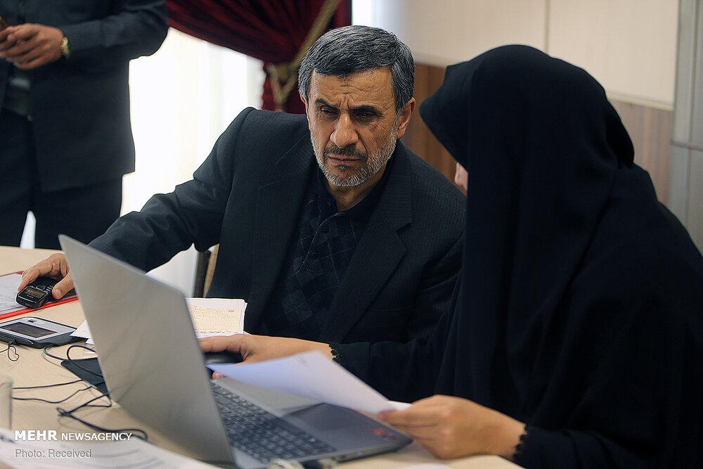 محمود احمدی نژاد در حال ثبت داراییهایش +عکس