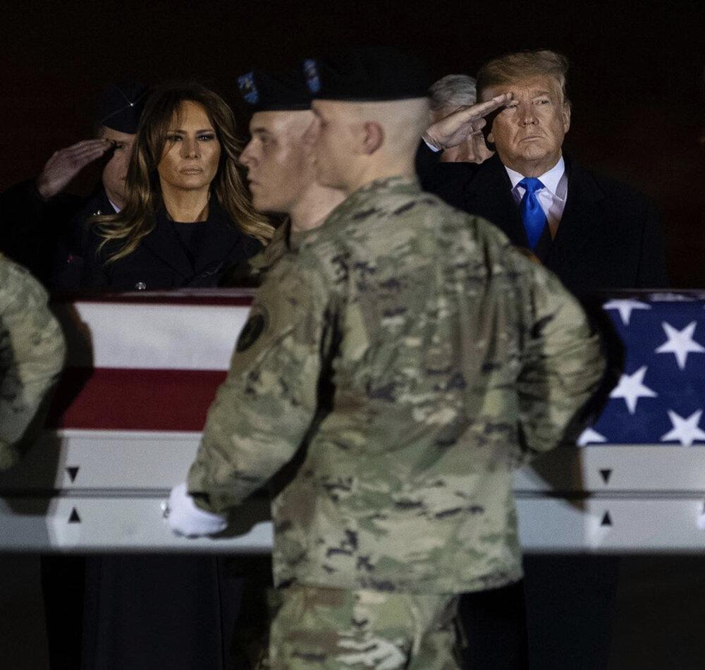 سلام نظامی ترامپ در کنار جنازه سرباز آمریکایی +عکس