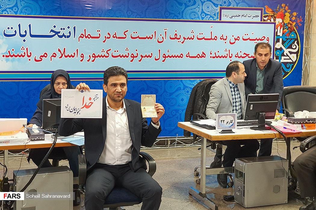 حرکت کاندیدای انتخابات مجلس هنگام ثبت نام سوژه شد+عکس
