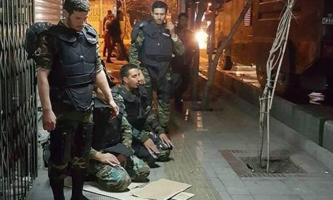 نماز اول وقت خواندن نیروهای یگان ویژه در خیابان +عکس