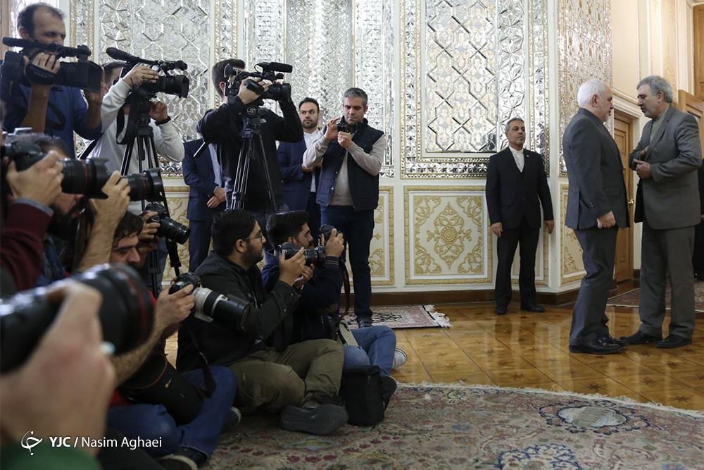 شکار خبرنگاران از گفتگوی ظریف +عکس