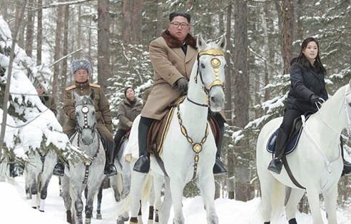 اسب سواری رهبر کره شمالی با همسرش در جنگل برفی +عکس
